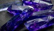 خصائص معدن التنزانيت وألوانه واستخدامات معدن التنزانيت حسب خصائصة
